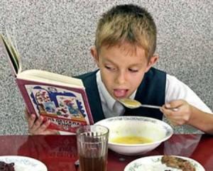 школьник ест